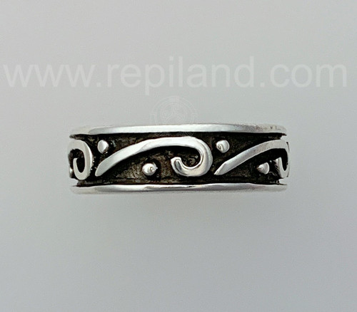 Rimmed band bears scrolls and dots all the way around.