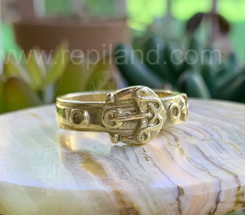 Yellow gold Dìleas Band, inspired by a traditional clan kilt belt, with buckle, S curves and circle accents.