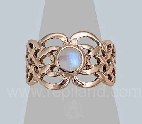 The Sionnach Gem Ring features curving knotwork around a 6mm gemstone.