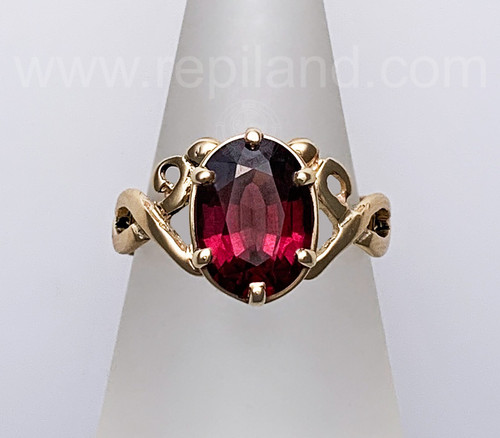 14kt yellow gold Aoibhnis Ring with 3.99ct Rhodelite Garnet.