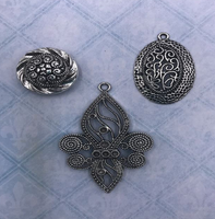 Blue Fern Studios - Charms - Eclectic Charm - Family Crest (697379)