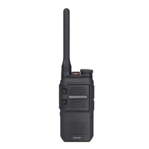 El BD302 de Hytera es un radio de dos vías digitales. Está radio digital está diseñada y probada para cumplir con estándares militares, gracias a su protección IP54 que lo hace resistente al polvo y al agua, por lo cual es una solución confiable de comunicación por radios en diversos entornos.