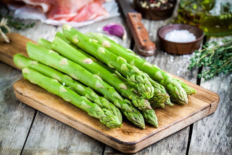 Green and springy asparagus salad