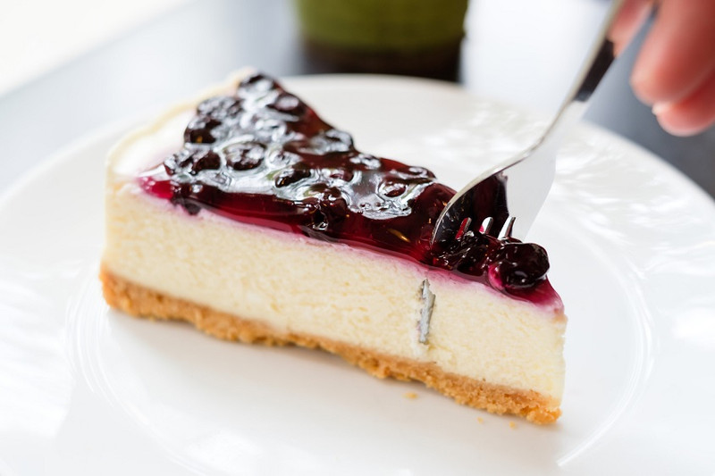 Vegan cheesecake with a blueberry swirl... are you ready?