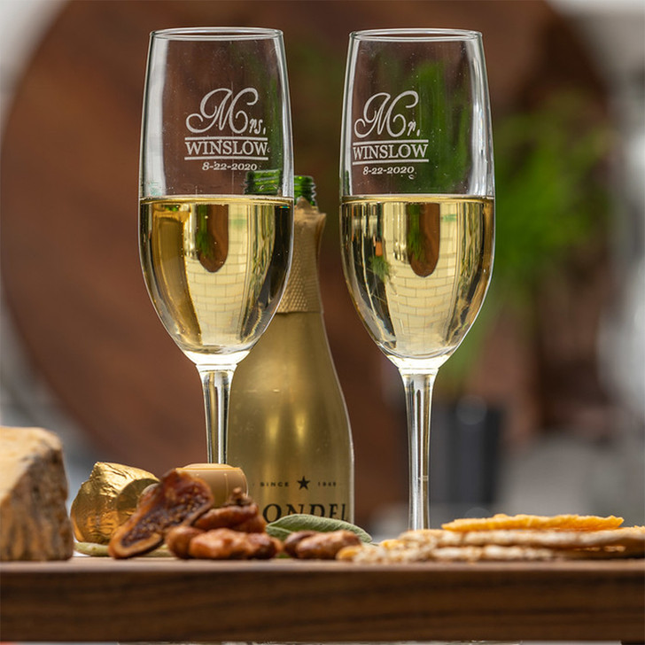 Set of 2 Champagne Flutes for Bride and Groom