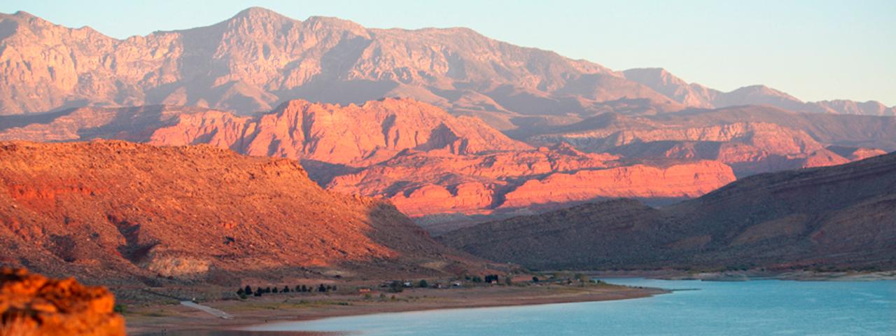 ラスベガス発着 3大国立公園とモニュメント&グースネック州立公園&アンテロープ&セドナ3泊4日の旅