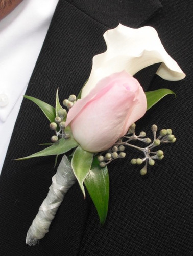 Calla and sweetheart rose boutonniere