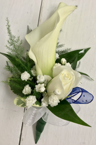 Mini calla and sweetheart Boutonnière