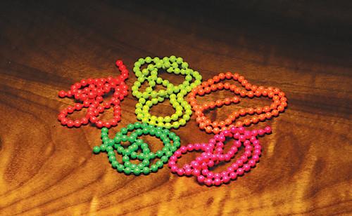 Fluorescent bead chain