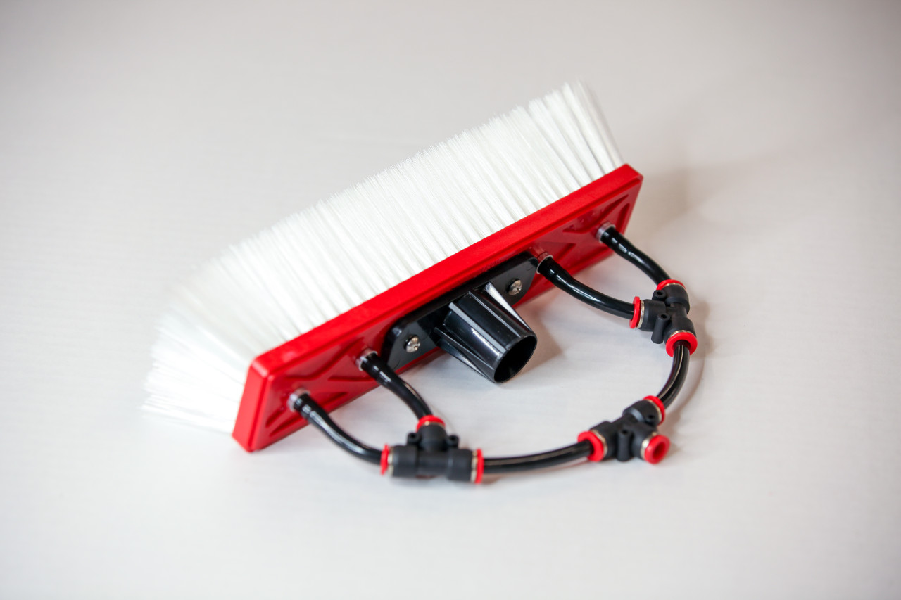 Tucker dual trim nylon brushes with 4 pencil jets for maximum flow.  Longest selling window cleaning brush.