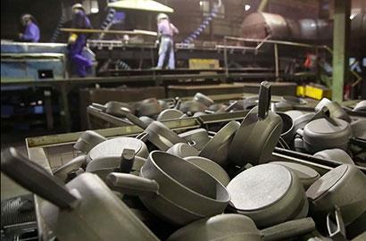 chassuer-cast-iron-cookware-craftsmanship-grinding.jpg