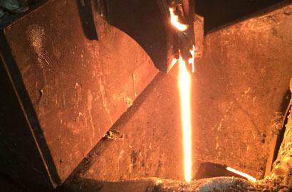 chassuer-cast-iron-cookware-craftsmanship-melting.jpg