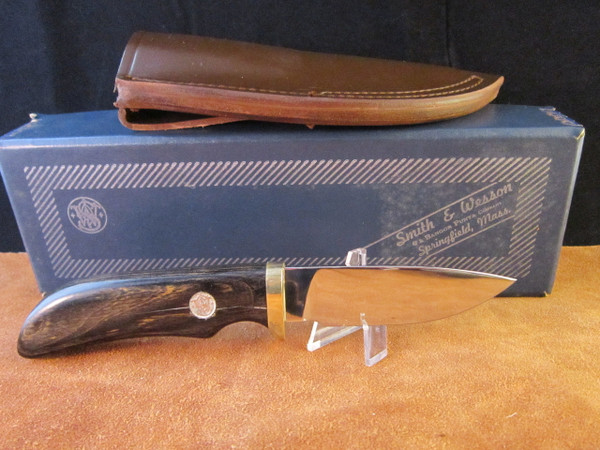 S&W Survival Series Model 6070 Skinner with box ans sheath