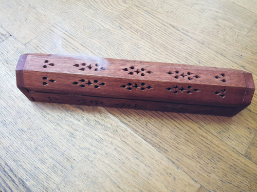 Wooden Incense box  You light inside the box, so you do not get ash everywhere. When buying the wooden box, an incense package is included, so choose the fragrance below.   You light inside the box. This way you avoid the ash falling over everything. Everything is collected in the drawer. You close the lid and the smoke seeps through nicely through the holes. The important thing is that incense sticks do not touch the floor, ceiling or sides of the holder, because then the embers die and the incense stick goes out. On the short side there is a storage compartment for the incense sticks.