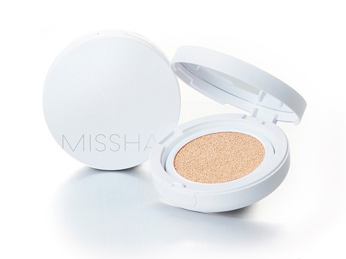 Missha Magic Cushion Moist Up (15g) - achieve a dewy, radiant and flawless complexion with superior SPF50+/PA+++ sun protection. The compact design with mirror fits into your handbag, allowing for touch ups throughout the day as needed. A new 2018 replacement product to the M Magic Cushion Moisture (white and gold packaging).