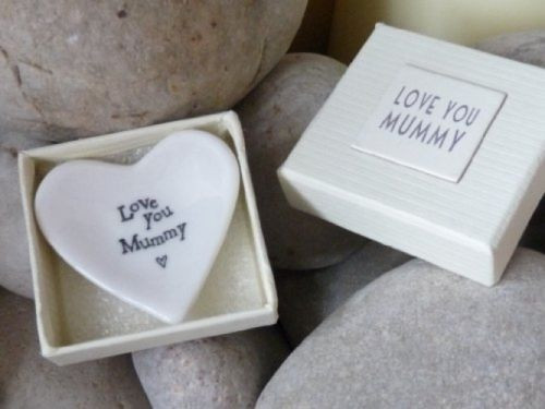 Beautiful porcelain heart dish- a perfect gesture of love for Mummy on Mothers day.. Stamped with the words 'Love You Mummy' and heart shaped.  Made from porcelain this gorgeous tiny heart dish has the words stamped 'Love You Mummy'. It comes in a lovely box which also has the same message on the outside.     This is a gorgeous tiny dish which would be suitable for rings or earings. Please see dimensions.  made from:  Glazed porcelain in gift box.  dimensions:  Box size 6cm x 6cm