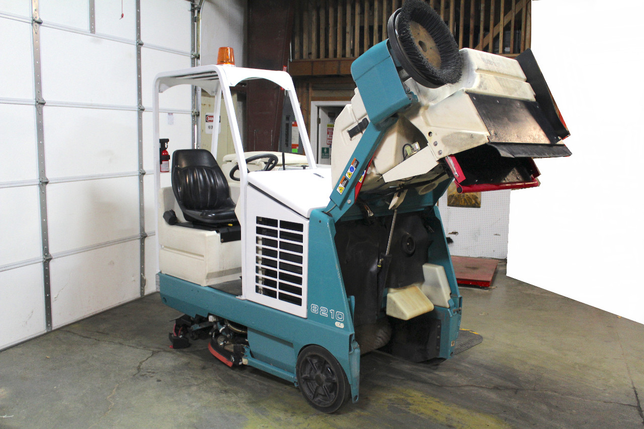 Tennant 8210 ES Ride On Floor Scrubber, LP Gas, 40 In. Path 1075 Hrs