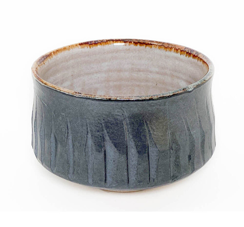 Mentori refers to how the side and bottom of the bowl is uniquely etched that creates a unique pattern and design. This one evokes autumnal leaves or bamboo shoots against a forest with its earthy brown and shimmering hue.