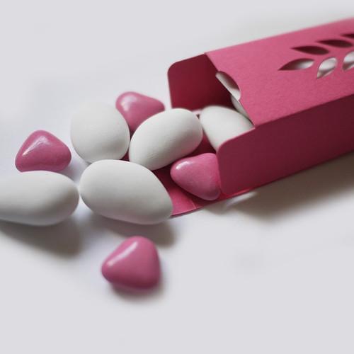 Coeurs roses en chocolat et dragées amande