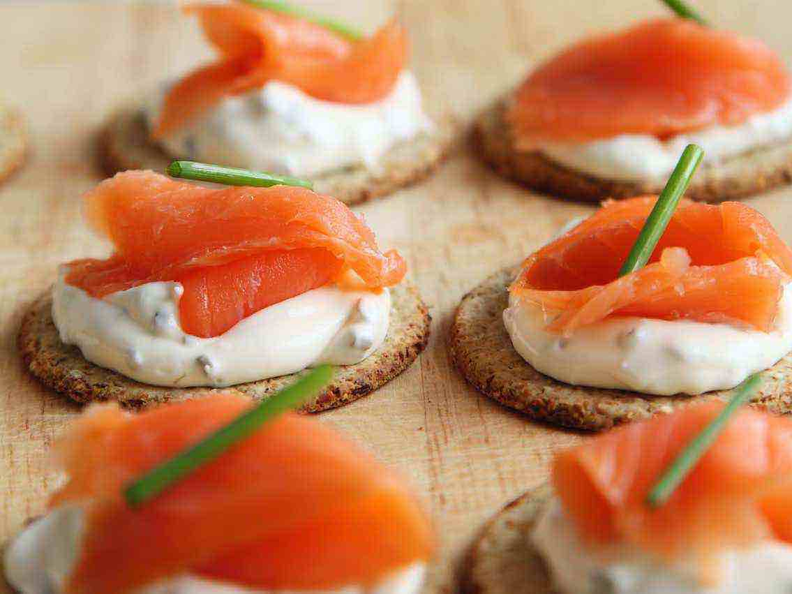 Cold-smoked salmon appetisers