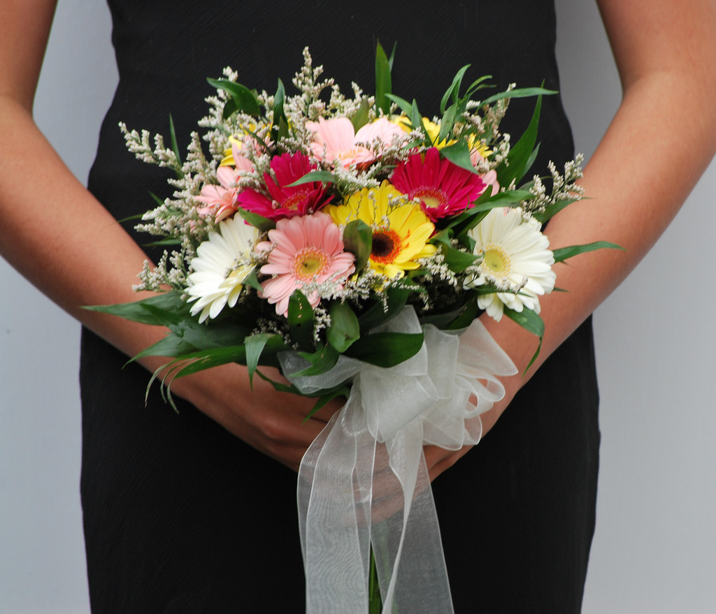12 gerber daisy bouquet with limo filler