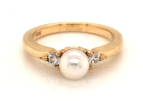 Pearl ring with side diamonds