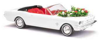 HO 1:87 Busch # 47527 -  Ford Mustang Convertible w/Wedding Decorations - White