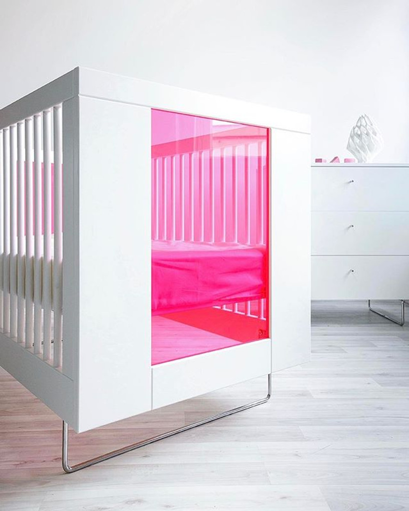 Alto Crib with Transparent Hot Pink Acrylic End Panels