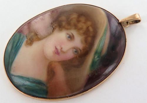 C 1900 9ct gold handprinted & signed hard paste pendant. Artist Leslie Johnson