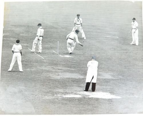 1946 ORIGINAL PHOTO. ENG v INDIA, 2ND TEST MATCH. WASHBROOK c HINDLEKAR b MANKAD