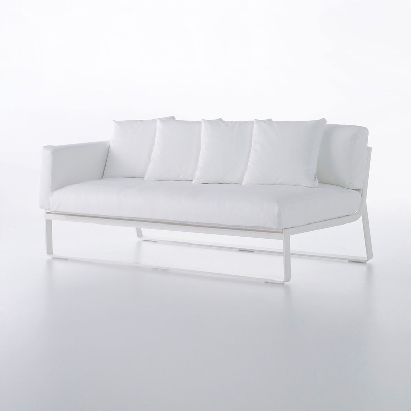 FLAT SOFA MODULAR 1 Made of thermo-lacquered aluminium profiles and 100% recyclable polyethylene or DEKTON. Polyurethane foam rubber covered with water-repellent fabric. Removable fabric cover. NOTE: No special sizes available in this collection.