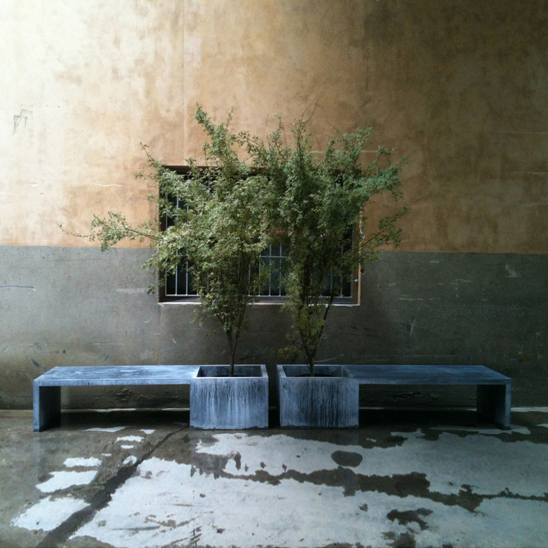 ZINC IN/OUT 198x66xH44 How close would you like to sit next to your favourite tree? With our pot/bank you can relax in the shade of its leaves, enjoy the smell of the flowers, or have a chat with your friends... Models also available in copper - price on demand