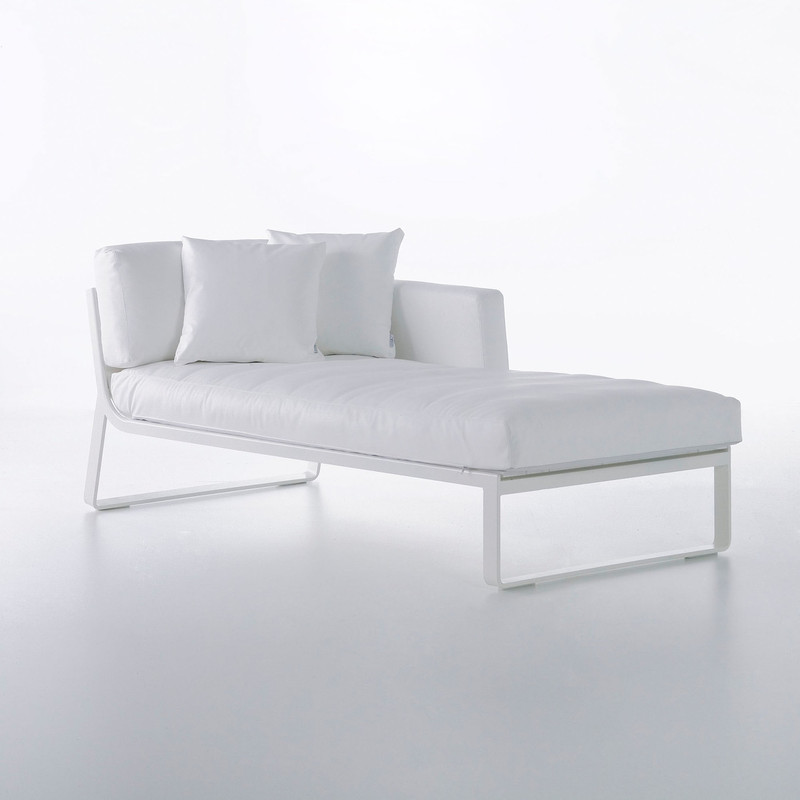 FLAT SOFA MODULAR 2 Made of thermo-lacquered aluminium profiles and 100% recyclable polyethylene. Polyurethane foam rubber covered with water-repellent fabric. Removable fabric cover. NOTE: No special sizes available in this collection.