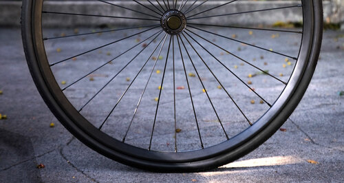 Spokes are straight and have a gauge (14 gauge, 2.0mm) commonly used for quality bicycle wheels for proven durability.  Sleek low flange 6061 Aluminum hub reduces weight making the Shadow lighter than the competitors.