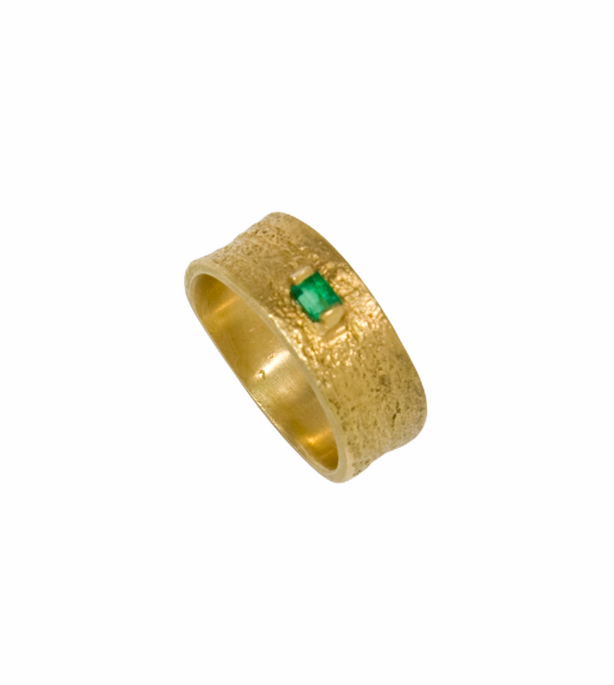 18K textured ring with faceted emerald