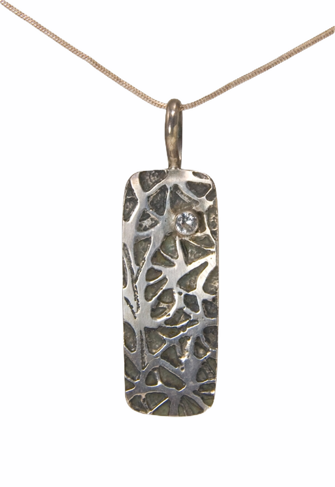 Etched SS pendant with white sapphire