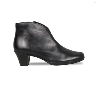 Munro Women's Robyn Boot in Black Leather