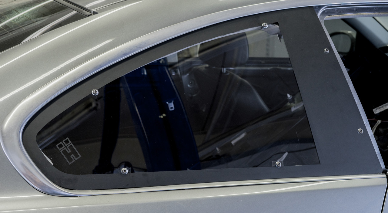 HARD Motorsport Polycarbonate Rear Window installed on the passanger
