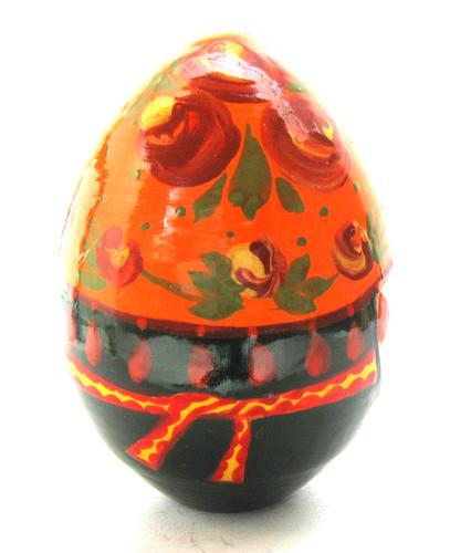 Easter Egg Babushka Knitting (Бабушка вяжет носок) back view