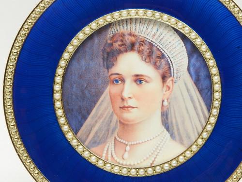 Alexandra Portrait in Pearl Frame