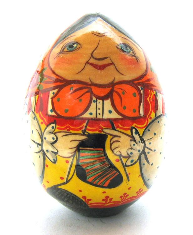 Easter Egg Babushka Knitting (Бабушка вяжет носок) front view