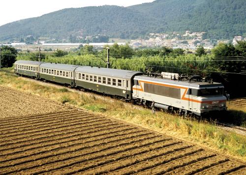 Nizza di Paris (Nice-to-Paris) Express 3-Car Set - Ready-to-Run - Mini-Trix -- French State Railways SNCF (Era IV 1978; cream, gray, green) - Scale: N