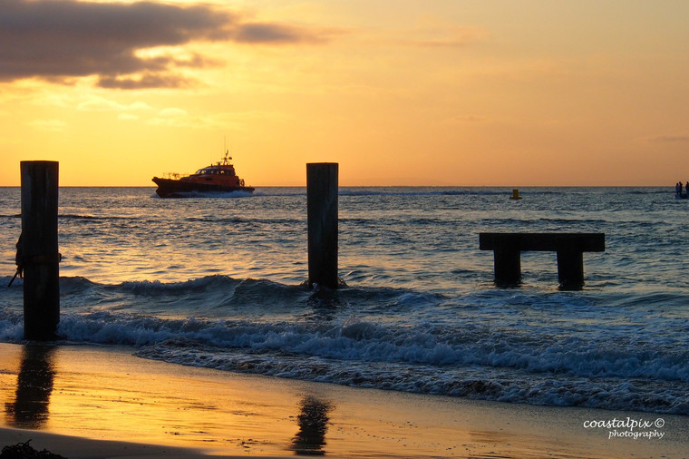 Pilot ship harding back to Queenscliff harbor in the early morning sun