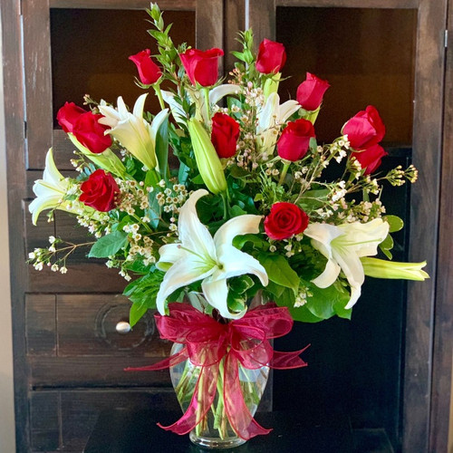 Send Fragrant Lilies & Roses Flower Bouquet, featuring fragrant lilies and eoses.