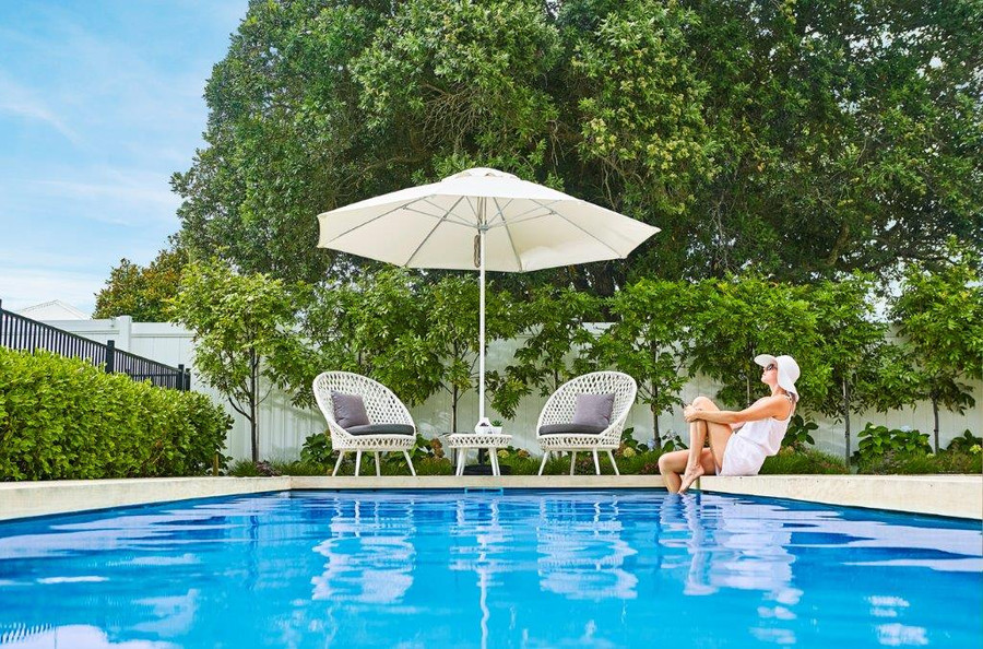 Venice 3.1m octagonal outdoor umbrella in ecru fabric. Aluminium mast, High strength fiberglass arms.