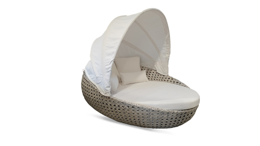 Lovina outdoor daybed of generous dimensions. Aluminium frame, synthetic wicker and sunbrella fabric.