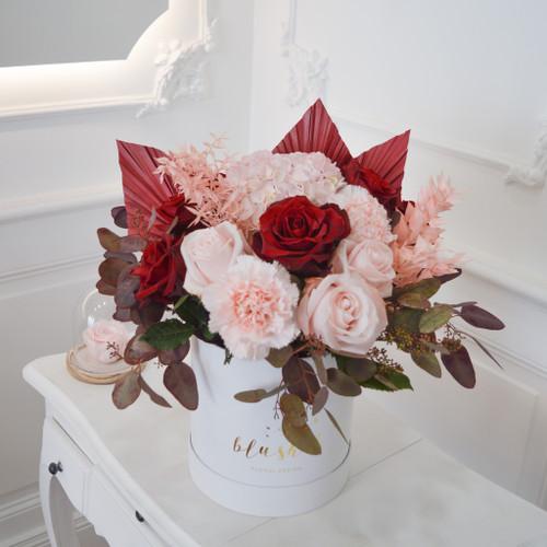 Flowerbox rose et rouge avec palmes et roses, eucalyptus