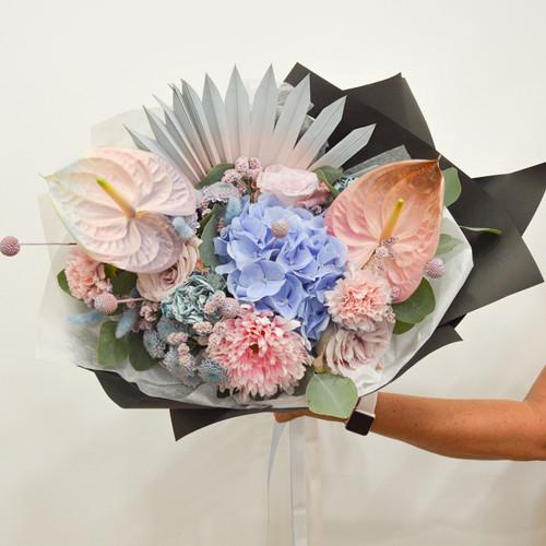 Création florale sur mesure, bouquet déstructuré rose pâle et bleu