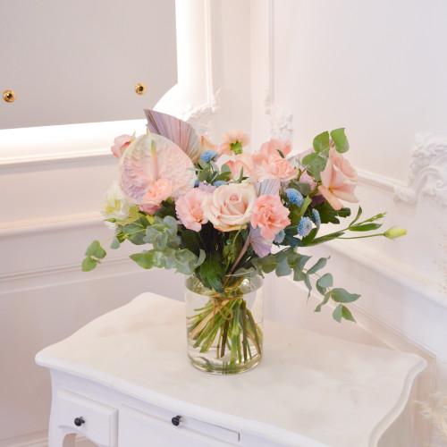 Bouquet déstructurés de fleurs fraîches, composé de roses  roses, d'hortensias blancs et de lisianthus rose pâle