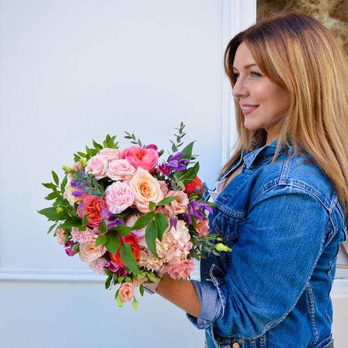 Bouquet coloré de fleurs fraîches composé d'hortensias et de roses saumon.